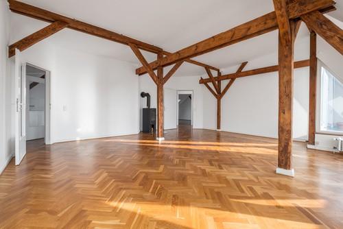 Raum mit Holzbalken